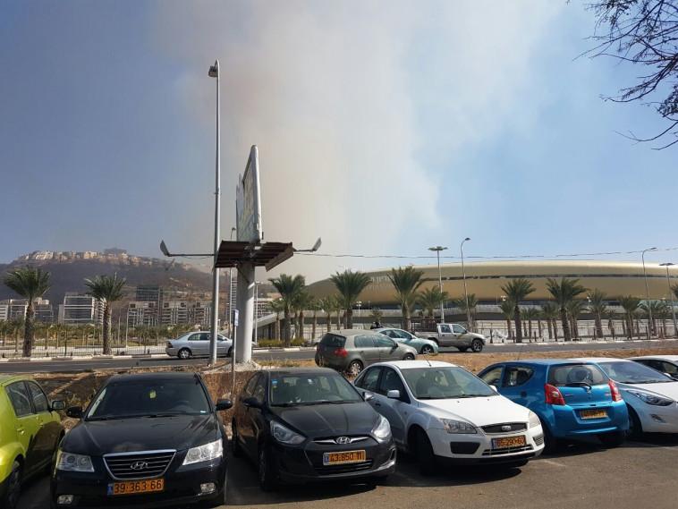 עשן סמוך לאצטדיון סמי עופר. צילום: ערן לוף