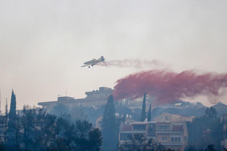 מטוס כיבוי בשמי חיפה. צילום: מאיר ועקנין, פלאש 90