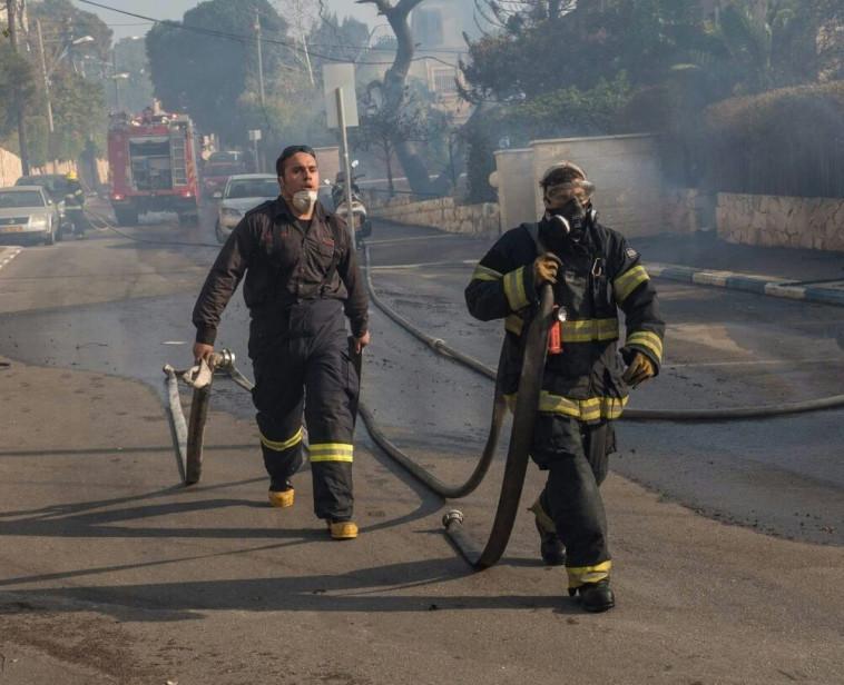 המתנדב חלואני בפעולה (משמאל). צילום: דוברות הכבאות
