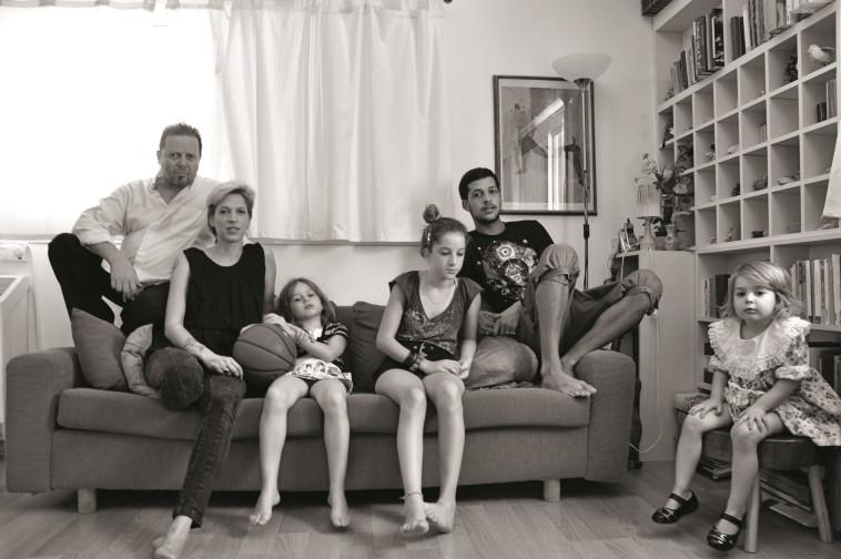 עם בן זוגה לשעבר, מיקי שביב והילדים כשהיו קטנים. צילום: שירי יונגמן
