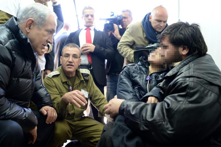 """ראש הממשלה נתניהו עם פליטים סוריים המטופלים בבית החולים """"זיו"""". צילום: קובי גדעון, לע""""מ"""