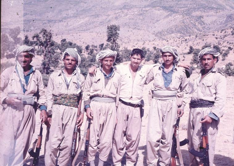 ג'ינו (שלישי מימין) עם לוחמים כורדים בעיראק שאותם הדריך. צילום: באדיבות המשפחה