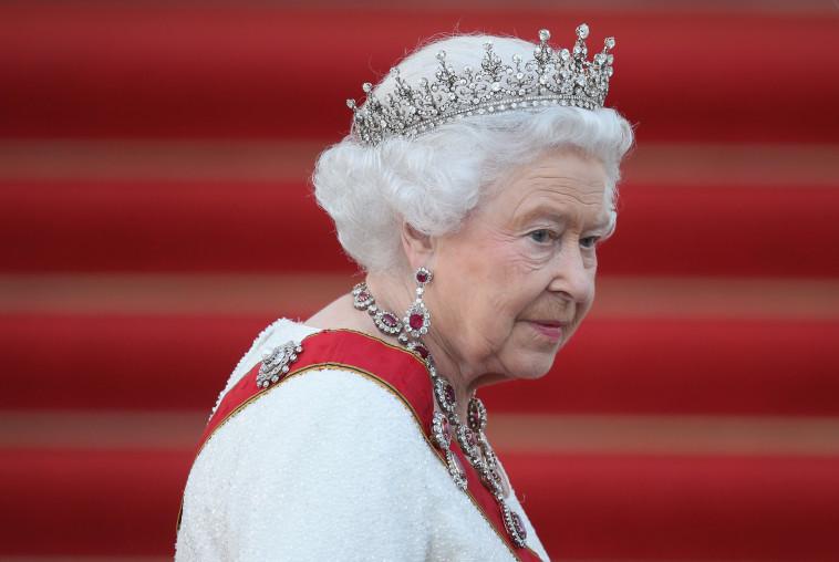 המלכה אליזבת -  מנסה לפייס את הזוג? (צילום:רויטרס)