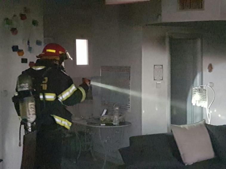 לוחם אש פועל בדירה שבה נשרפו האם וארבעת ילדותיה. צילום: אריק אבואלוף, כבאות והצלה ירושלים