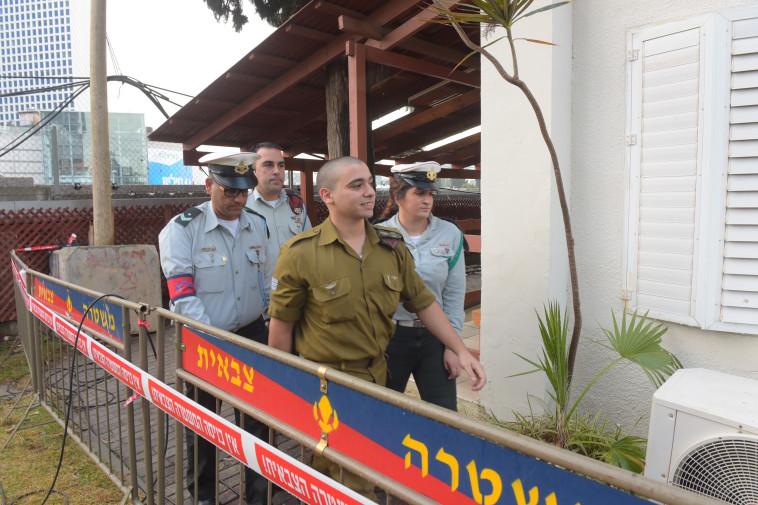 אזריה מגיע לבית הדין הצבאי בקריה. צילום: אבשלום ששוני