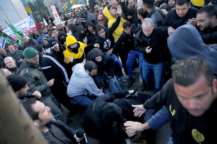 הפגנה מחוץ לאולם בו הורשע אזריה. צילום: רויטרס