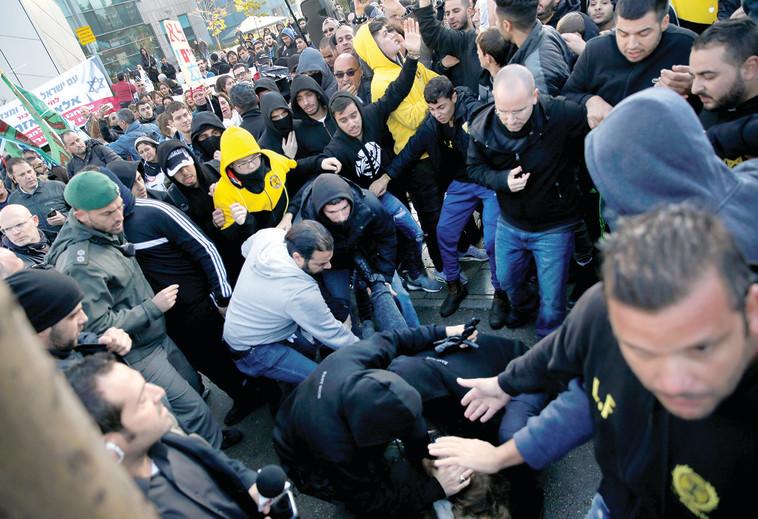 הפגנת ההסתה מול משפט אזריה. צילום: רויטרס