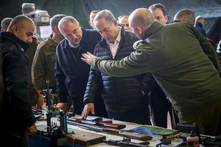 """ראש הממשלה נתניהו ושר הביטחון ליברמן מתודרכים על הנשק שנתפס באוגדת איו""""ש. צילום: הדס פרוש, פלאש 90"""