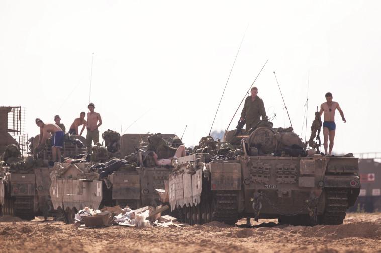 גם הטנק חשוב. שיירת שריון בצוק איתן, צילום: יונתן זינדל, פלאש 90
