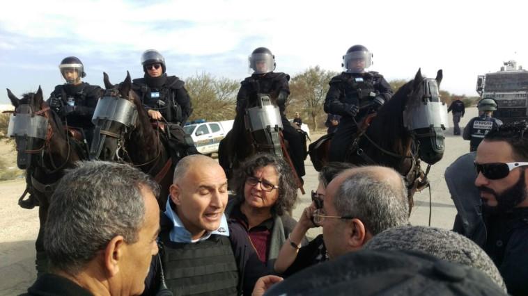 שוטרים בעת הריסת הבתים באום חיראן. צילום: דוברות הרשימה המשותפת