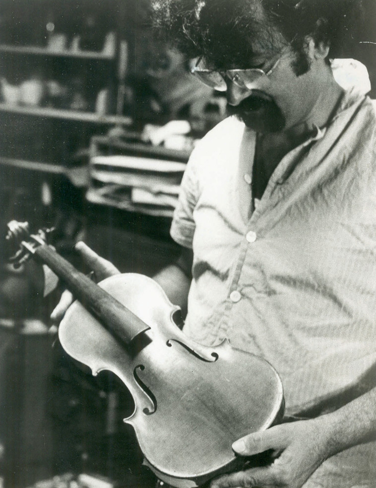 """""""זה הפך אצלי לאובססיה"""".  וינשטיין בוחן כינור מאושוויץ, 1980. צילום: אהרון פריאל"""