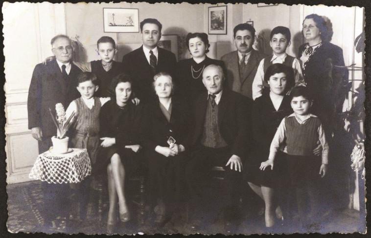 ארדיטי בילדותו (מימין) עם משפחתו