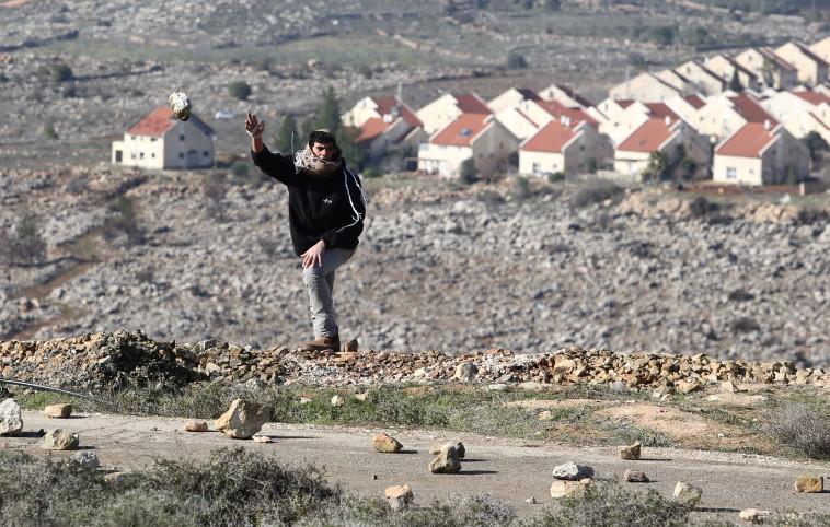 צעיר מיידה אבנים במעונה. צילום: מרק ישראל סלם