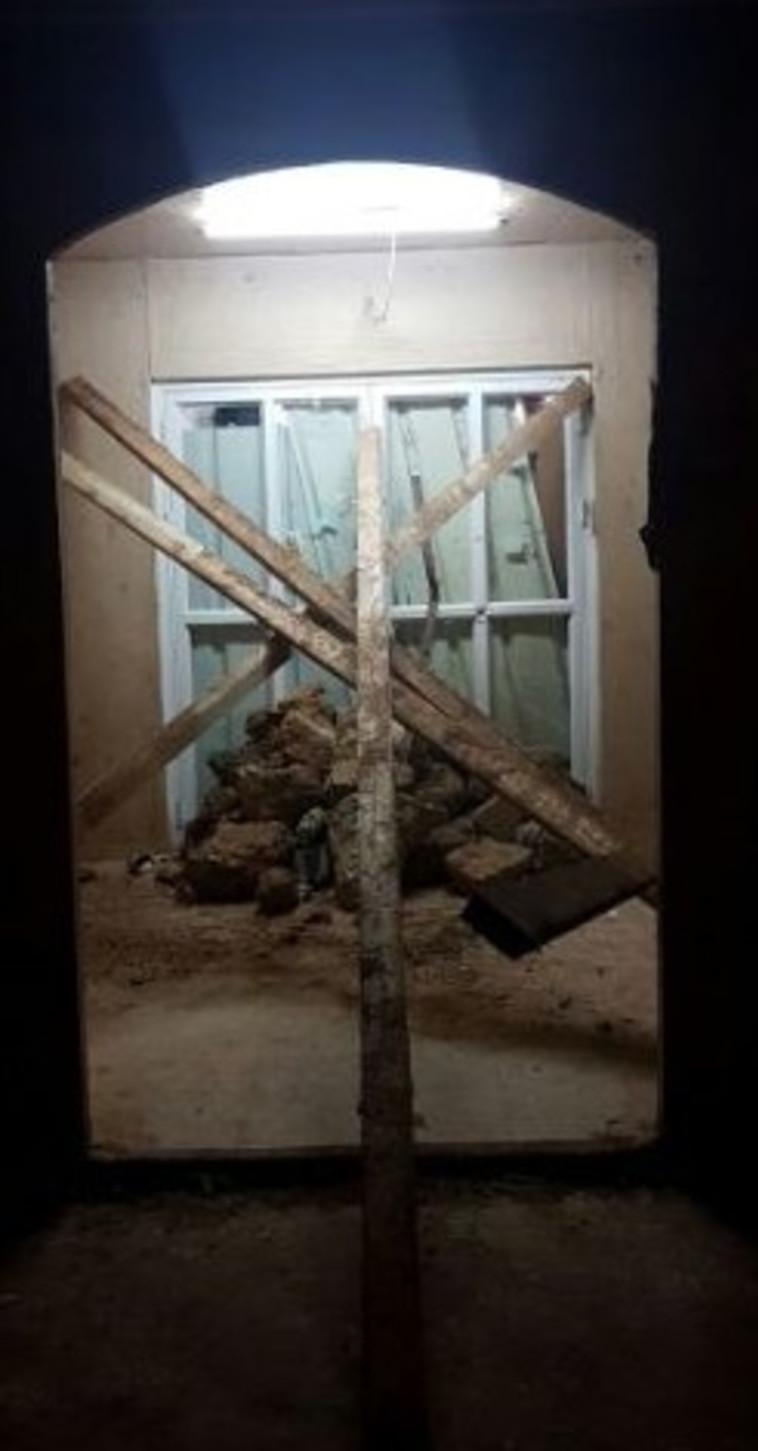 חיזקו את הדלת במוטות עץ. בית הכנסת הערב בעמונה. צילום: מטה המאבק