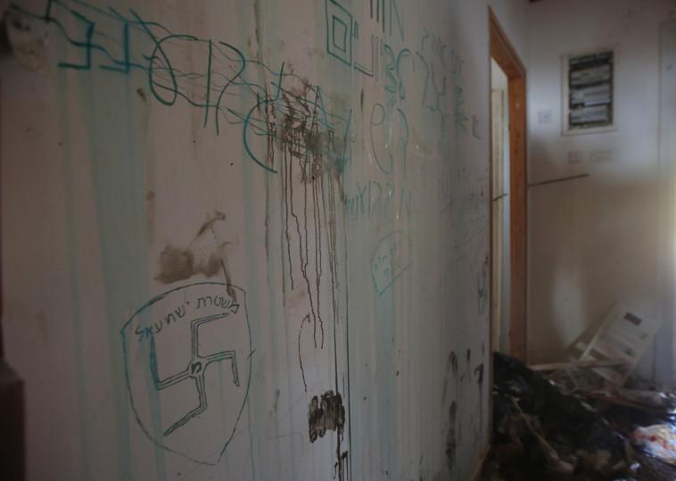 הכתובות שרוססו על קירות בית הכנסת. צילום: מרק ישראל סלם