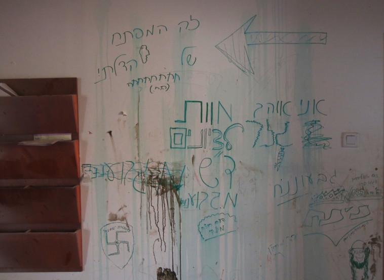 כתובות הנאצה על קירות בית הכנסת. צילום: נועם אמיר