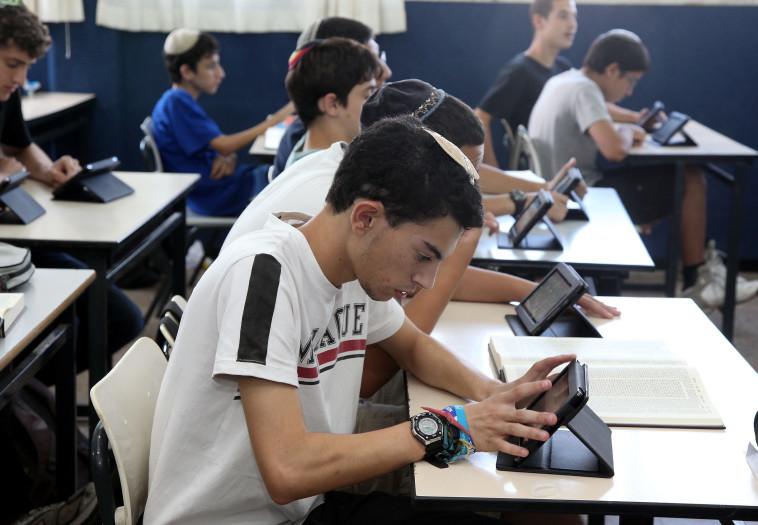 תלמידים לומדים באופן מקוון, למידה דיגיטלית (צילום: נאור רהב)