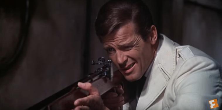 """רוג'ר מור ב""""האיש עם אקדח הזהב"""". צילום מסך: יוטיוב"""