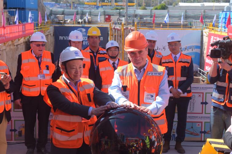 """ישראל כץ ושגריר סין בישראל, ז'אנג יונגשין מפעילים את """"גולדה"""". צילום: אבשלום ששוני"""