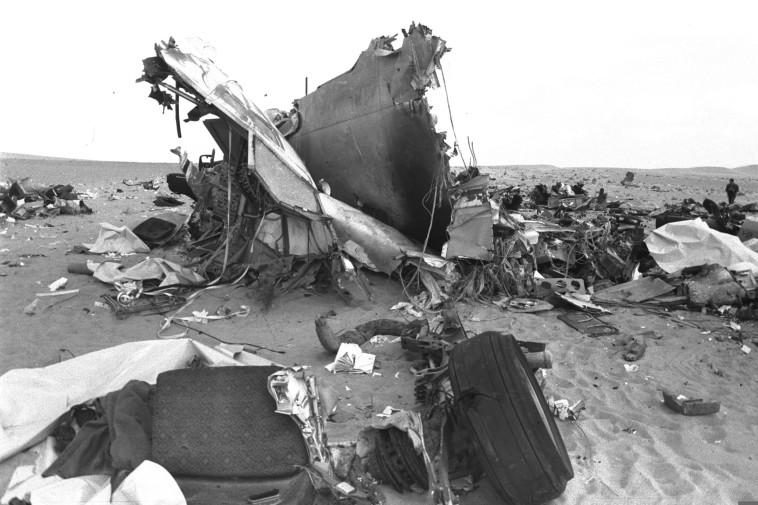 """שרידי המטוס הלובי שהופל. צילום: משה מילנר, לע""""מ"""