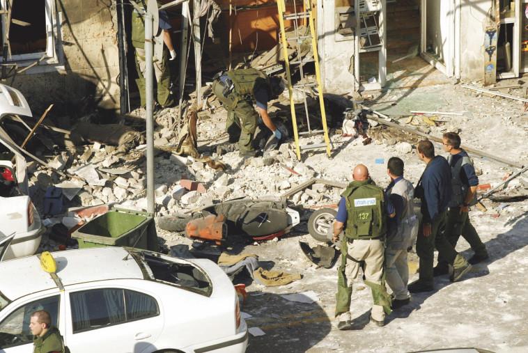 זירת ניסיון החיסול של זאב רוזנשטיין בדצבמר 2003 . צילום: ברקאי וולפסון