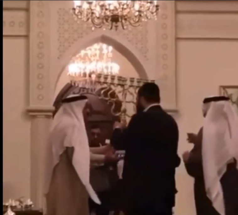 יהודים ומוסלמים חוגגים ביחד חנוכה בבחריין. צילום מסך