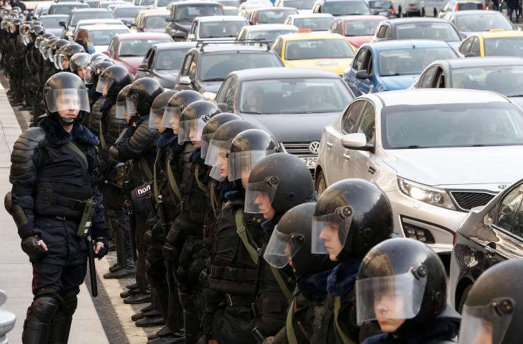 כוחות משטרה גדולים מול המפגינים ברוסיה. צילום: רויטרס