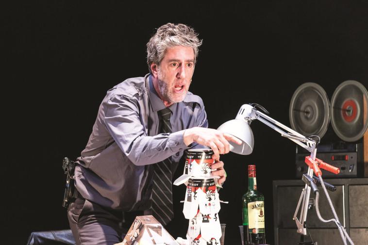 אלון נוימן בתיאטרון (צילום: יח''צ)