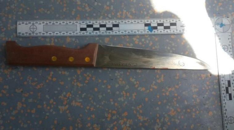 הסכין שנמצאה בזירה. צילום: דוברות המשטרה