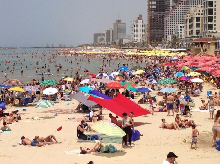 חוף בננה ביץ' בתל אביב מלא במתרחצים. צילום: אבשלום ששוני