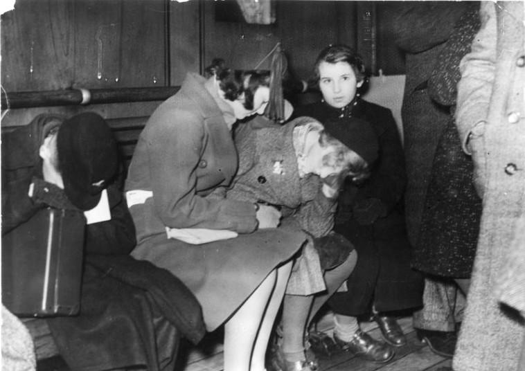 ילדים מגיעים בקינדר טרנספורט לאנגליה מגרמניה. רבים ניצלו בדרך הזו. צילום: Bundesarchiv, Bild 146-1968-101-20A / Heinrich Hoffmann / CC-BY-SA