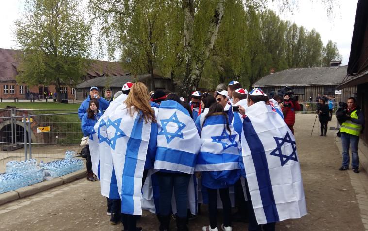 צעירים במצעד החיים עטופים בדגלי ישראל. צילום: משה כהן