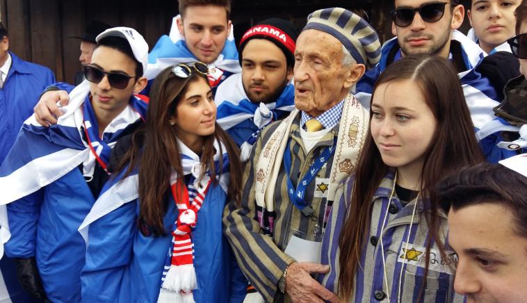 ניצול שואה עם נכדתו שלבשה את הכותונת של סבתה. צילום: משה כהן