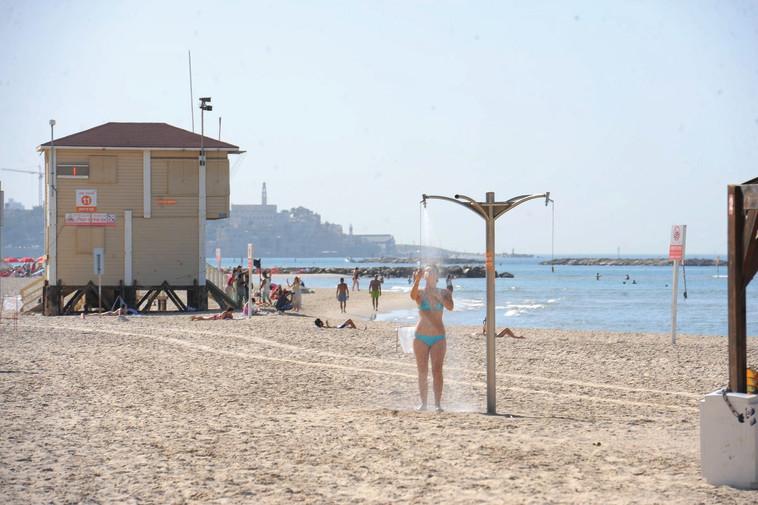 """חוף הים בתל אביב. בסופ""""ש המעלות יעלו ומבלים תהיה הזדמנות לחזור להתרחץ. צילום: ראובן קסטרו"""