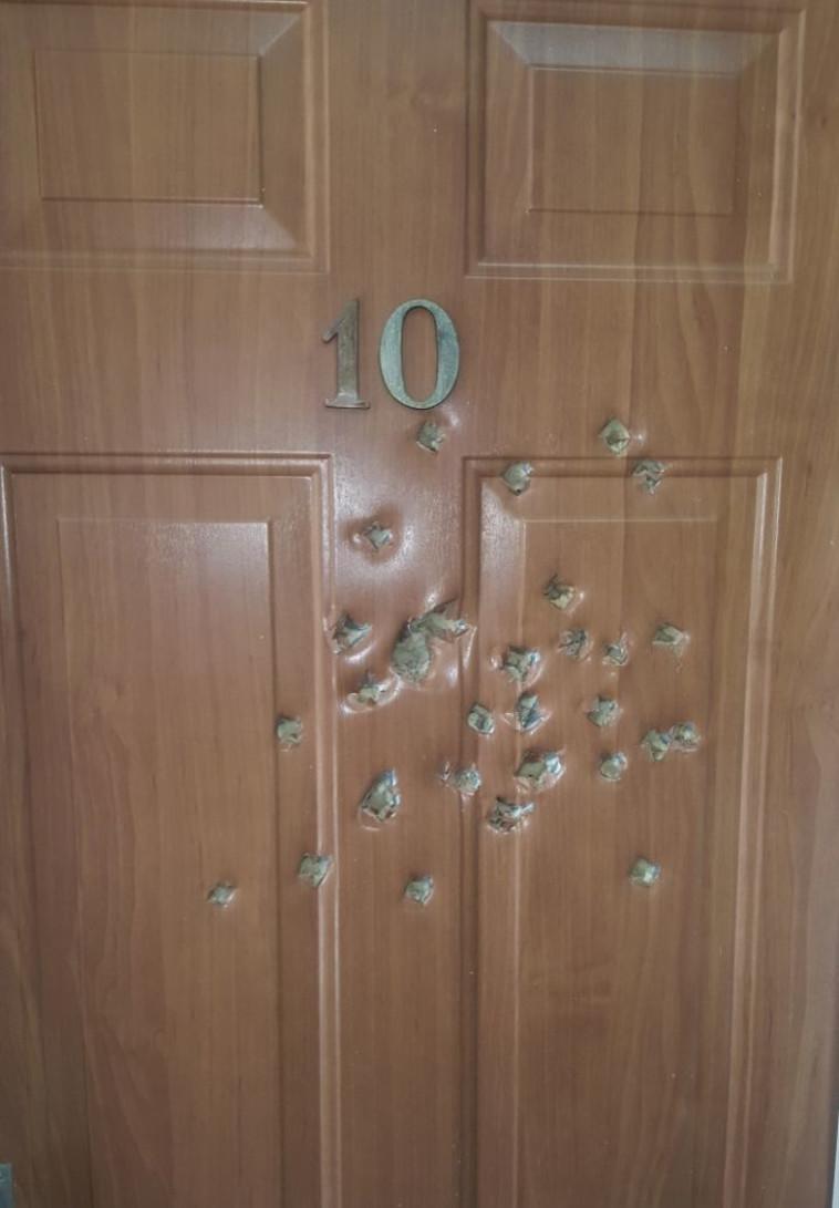 דלת שניזוקה ב'שלוותה'. צילום: דוברות המשטרה