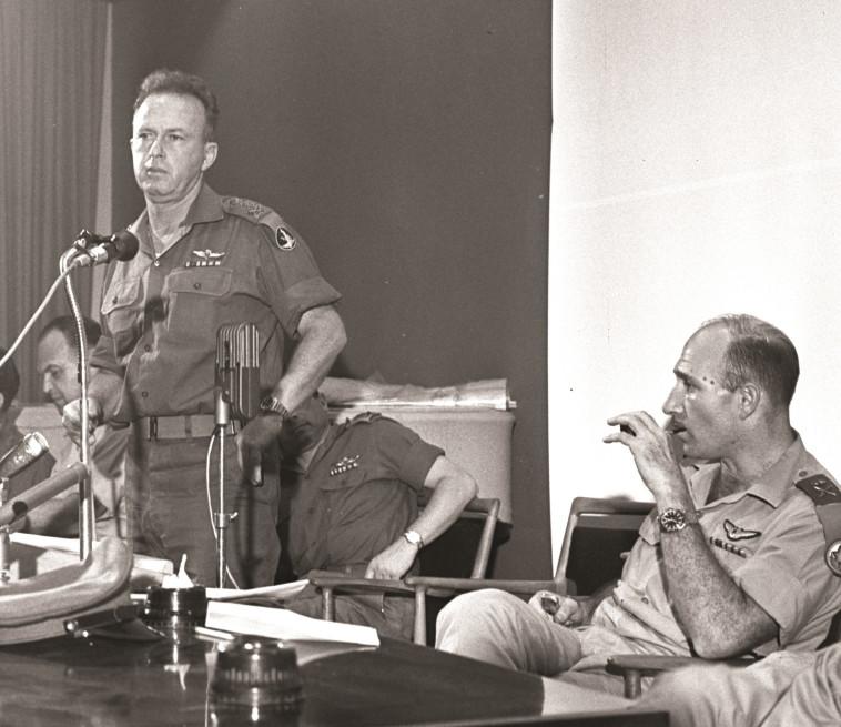 """לא האמין ביכולותיו. רא""""ל יצחק רבין והאלוף מוטי הוד. צילום: לע""""מ"""