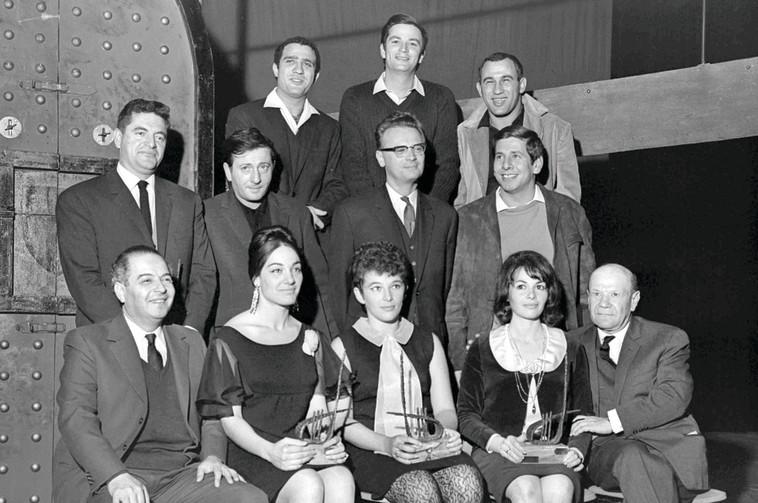 """גשר הירקון (בשורה עליונה) ברגע הזכייה בכינור דוד ב-1964. הגיעו לשם הלהקה במקרה. צילום: פריץ כהן, לע""""מ"""