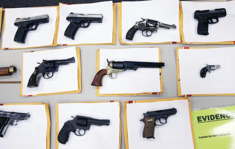 תפיסת כלי נשק בשיקגו. צילום: רויטרס