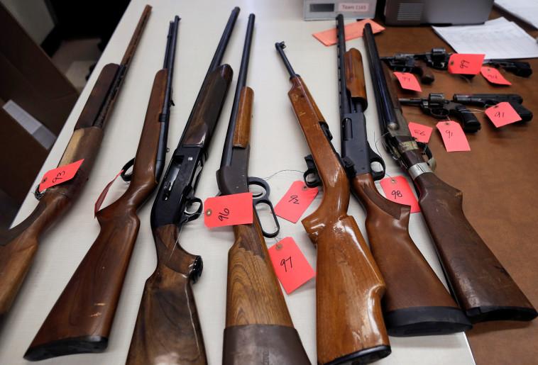 נשקים שנתפסו בשיקגו. צילום: רויטרס