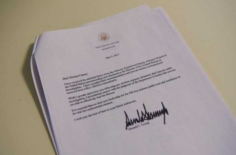 מכתב הפיטורין של ג''יימס קומי ראש ה-FBI. צילום: AFP