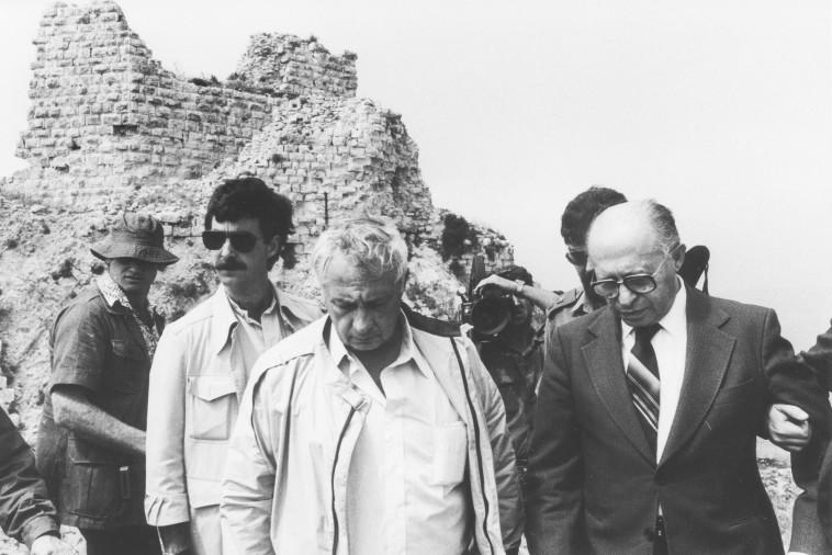 """בגין עם שרון בבופור לאחר כיבושו. זכו לביקורת רבה לאחר מלחמת לבנון הראשונה. צילום: ארכיון צה""""ל ומערכת הביטחון"""
