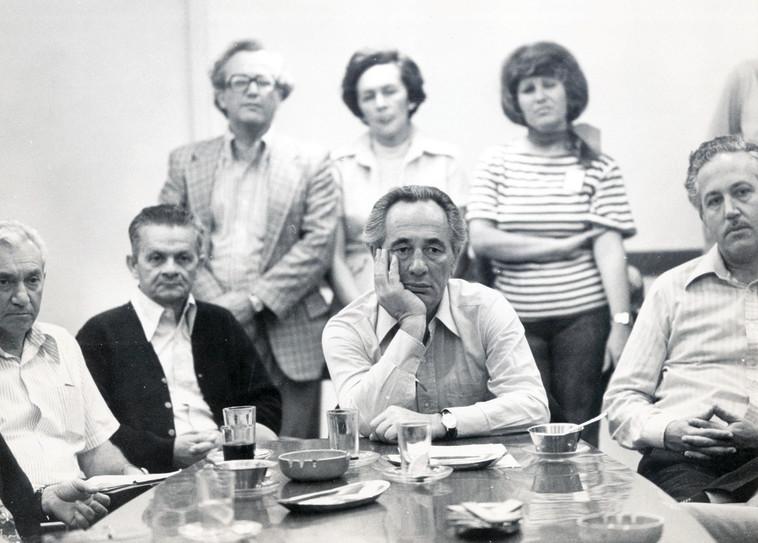 פרס בלשכתו לאחר ההפסד בבחירות 1977. המהפך עורר תדהמה. צילום: שמואל רחמני