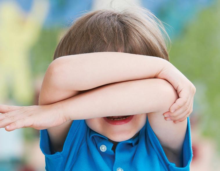 ילד מכסה את הפנים, צילום אילוסטרציה (צילום: אינג אימג')