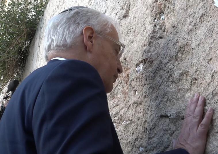 """דיוויד פרידמן בכותל. צילום: שגרירות ארה""""ב"""
