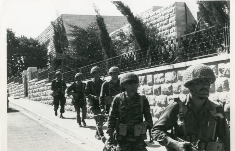 להבדיל משאר הגדה, ירושלים סופחה. צנחנים ברחובות העיר, צילום: במחנה