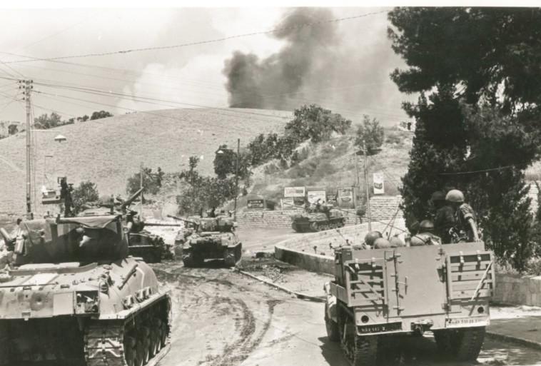 """יגאל אלון הרגיש שהירדנים """"סידרו אותנו"""". טנקים בדרך לירושלים, צילום: במחנה"""