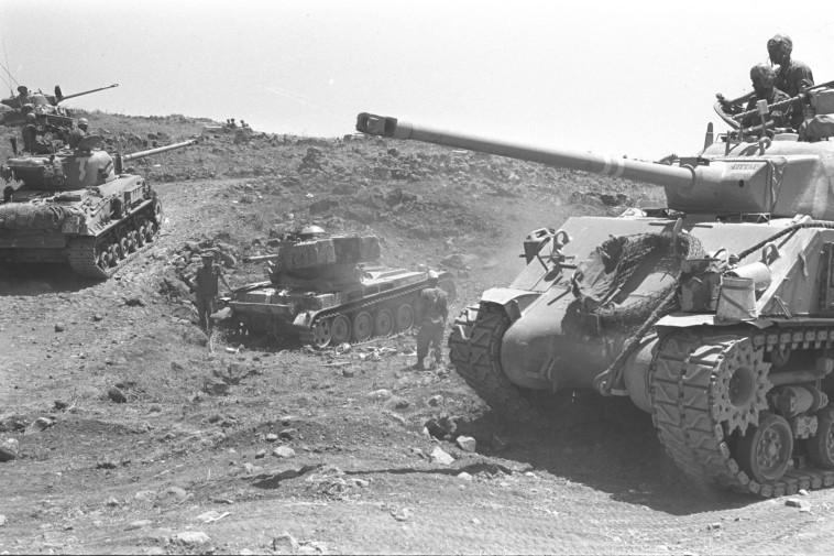 """נסיגה תמורת פירוז. טנקים ישראלים ברמת הגולן, צילום: אסף קוטין, לע""""מ"""