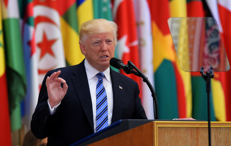 טראמפ נואם בערב הסעודית. צילום: AFP