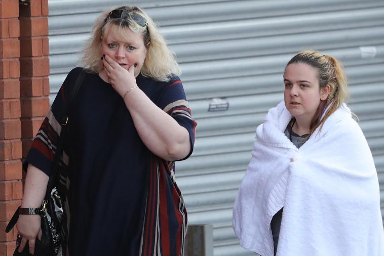"""אזרחים המומים מחוץ ל""""מנצ'סטר ארנה"""" לאחר הפיגוע שהביא למות 22 אנשים. צילום: Getti Images"""