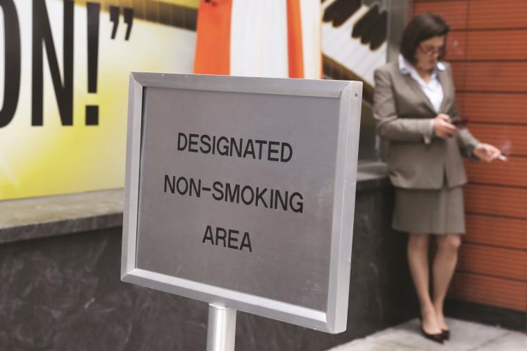 """""""50 שנה של מאבק ועדיין שליש מהגבים באירופה מעשנים"""". צילום: רויטרס"""